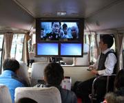 青岛移动工作人员讲解车用4G.jpg