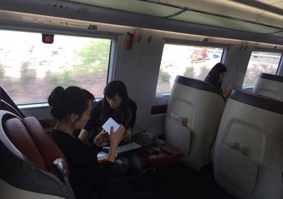 用户坐在动车上用4G手机看视.jpg