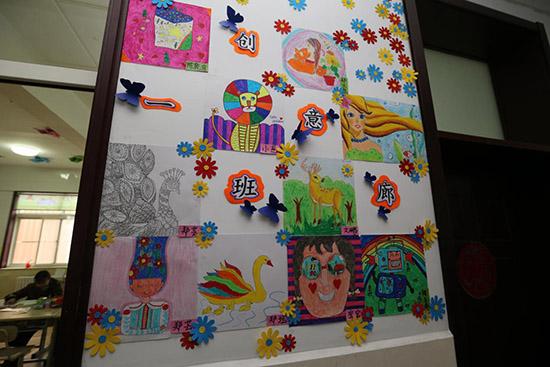 特教一班门前贴满了孩子们的创意绘画作品